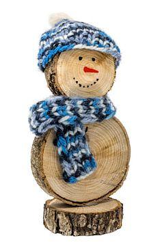 Handgemaakte sneeuwpop van houten schijfjes - met gehaakte muts en sjaal uitgesneden op wit van