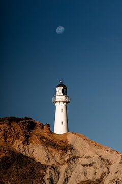 De maan perfect in lijn met vuurtoren in Nieuw Zeeland van Niels Rurenga