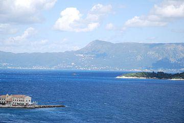 Uitzicht vanaf Corfu stad met het zicht op Albanië.  van Ingrid Van Maurik