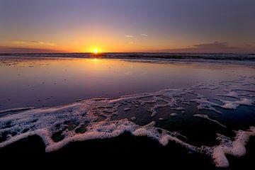 Sonnenuntergang Strand und Meer von Caroline van der Vecht