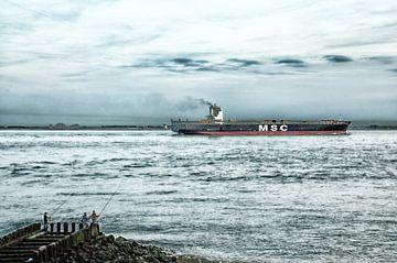 Vrachtschip MSC bij Vlissingen met op de voorgrond vissers van Jessica Berendsen