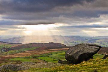 Sonnenstrahlen durch die dunklen Wolken im Höchstbezirk, Großbritannien von Brenda Hoogendijk-Bakker