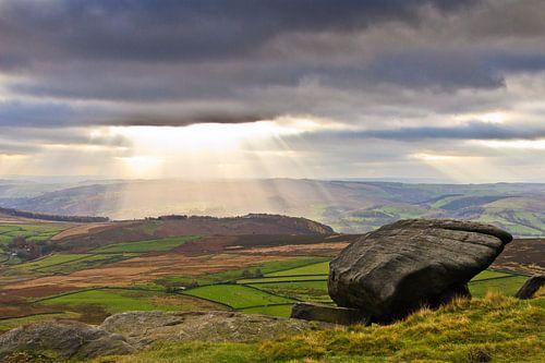 Zonnestralen door de donkere wolken in Peak District, Verenigd Koninkrijk van Brenda Hoogendijk-Bakker