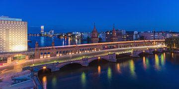 Berlin Oberbaumbrücke à l'heure bleue sur Jean Claude Castor