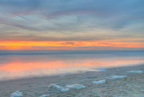 Zonsondergang aan Noordzee kust van