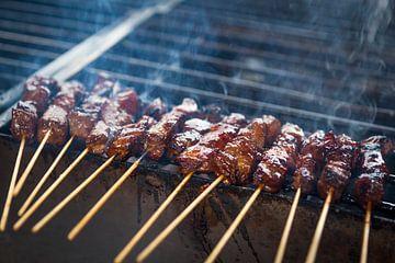 Lekkere saté met kippenvlees satestokjes op de barbecue van Ger Beekes