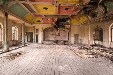 Verlassener Ballsaal. von Roman Robroek