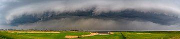Gewitterwolken über der Reevediep-Wasserstraße in der Nähe von Kampen im IJsseldelta. von Sjoerd van der Wal