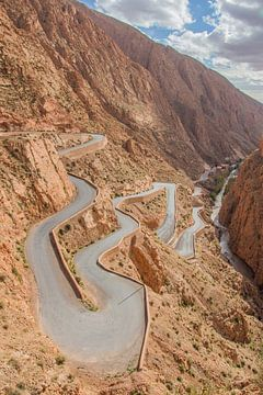 Kurvenreiche Straße durch die Berge von Marokko von Bianca Kramer