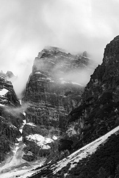Bergen in de mist van Hidde Hageman
