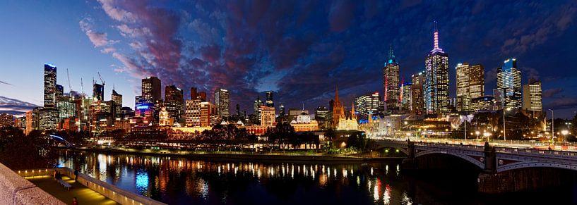 Melbourne skyline in de avond van Atelier Liesjes