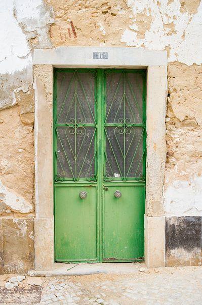 De deuren van Portugal groen nummer 6 van Stefanie de Boer
