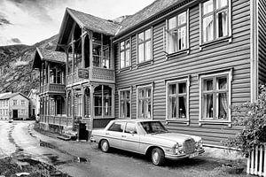 Mercedes 300 SEL in Lærdalsøyri, Noorwegen van Evert Jan Luchies