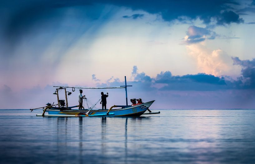 Bali, Fischer am Meer von Inge van den Brande