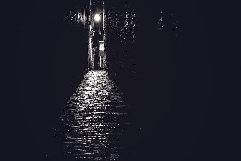 Steeg in zwart wit met avondlicht van Fotografiecor .nl