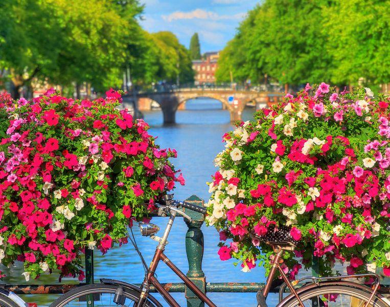 Bloemen op de gracht in Amsterdam van Dennis van de Water