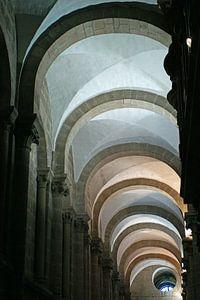Kleurrijk lijnenspel in de boog gewelven van de kathedraal van Santiago de Compostella. van Gert van Santen