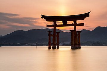 Miyajima eiland  -  Itsukushima Floating Torii Gate bij zonsondergang van Marcel van den Bos