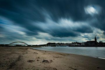 Donkere wolken boven Nijmegen van Maerten Prins