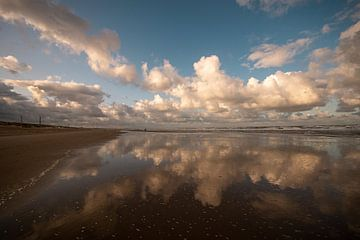 wolken veerspiegeling, strand van Wijk Aan zee van Aldo Sanso