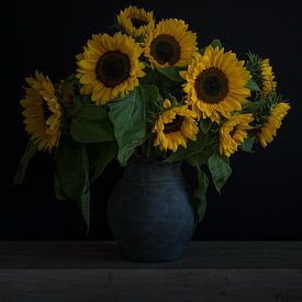 Stillleben mit Sonnenblumen in einer Vase Porträt von John van de Gazelle