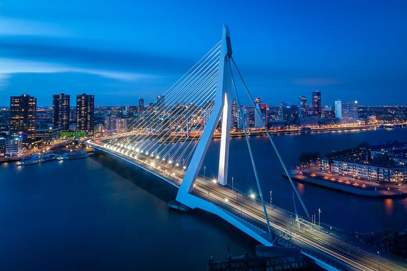 Rotterdam: Erasmus brug en de skyline in het blauwe uur  van John Verbruggen