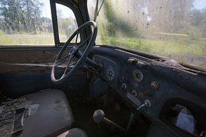 Alter verlassener LKW-Innenraum