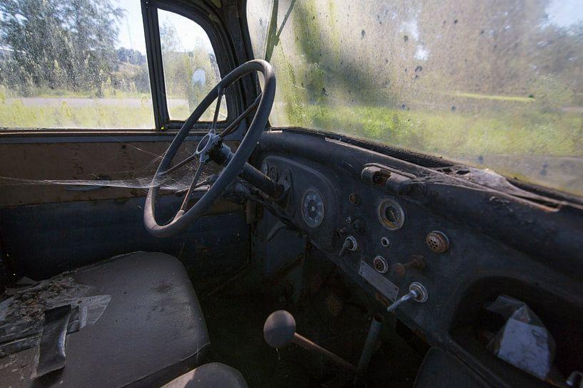 Alter verlassener LKW-Innenraum von Ger Beekes