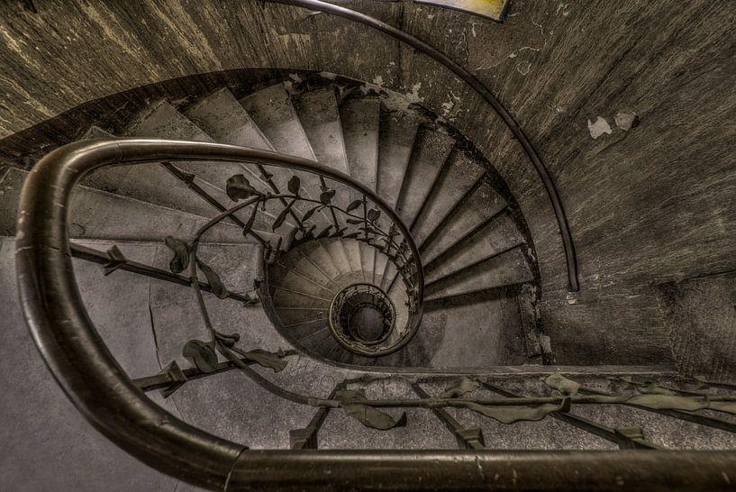 Treppenhaus in verlassenem Hotel von Kristel van de Laar