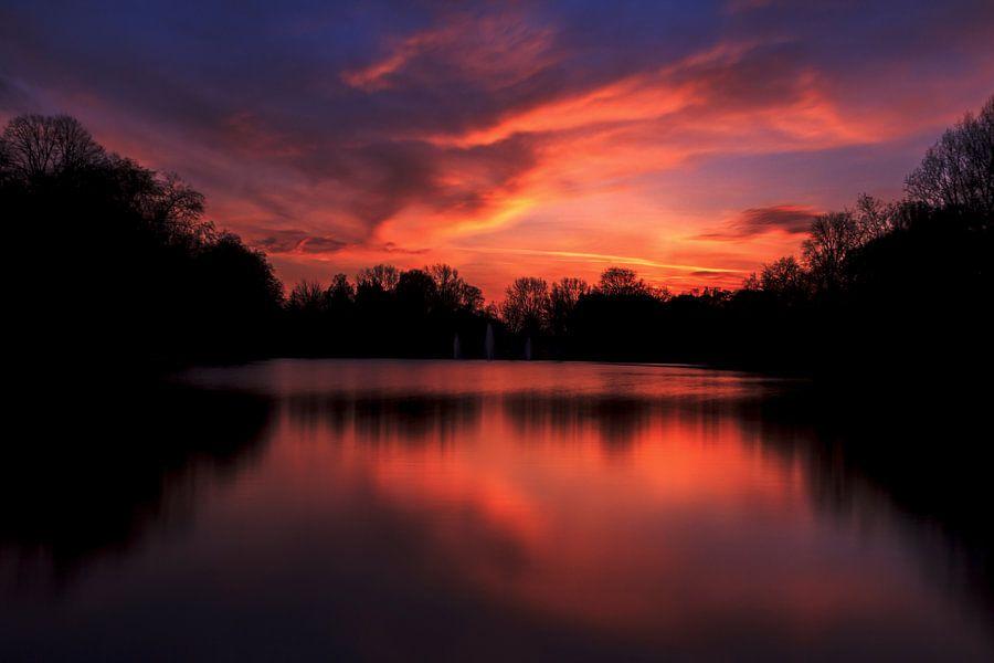 Adembenemende kleurrijke zonsondergang. van Retinas Fotografie