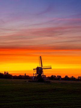 windmolen bij zonsopgang in Nederland. van Ruurd Dankloff