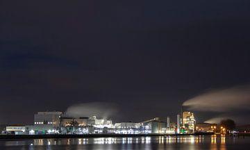 Industrie Veendam bij avond. van