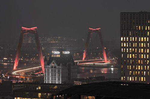 De Willemsbrug en het Witte Huis op een mistige avond in Rotterdam