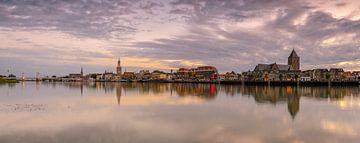 Vue de soirée sur l'horizon de la ville de Kampen sur Sjoerd van der Wal