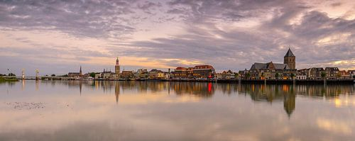 Kampen vanaf de IJssel tijdens zonsondergang