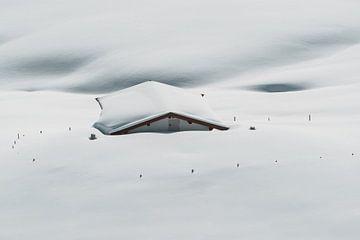 Besneeuwd Huisje in de Oostenrijkse Alpen van Sophia Eerden
