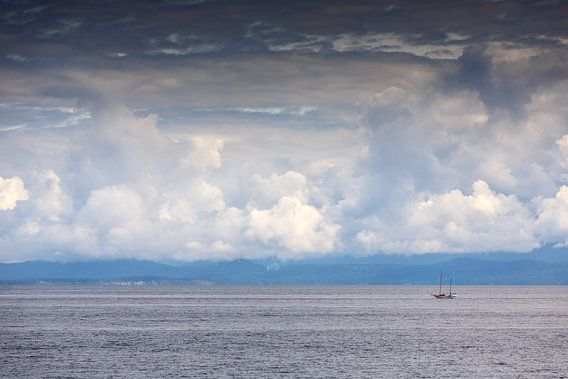Een eenzame zeilboot op het water