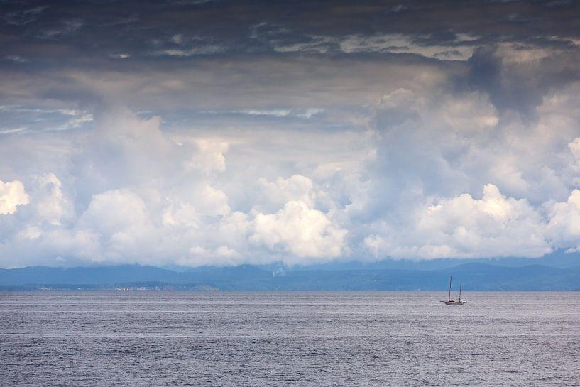 Un voilier solitaire sur l'eau sur Menno Schaefer