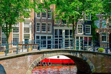 Brug en woontboot in Amsterdam in het voorjaar van Sjoerd van der Wal
