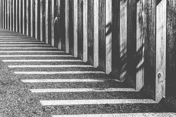 abstracte achtergrond met harde zonnige schaduwen van Fotografiecor .nl