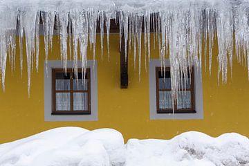 IJspegels aan een huis van Barbara Brolsma