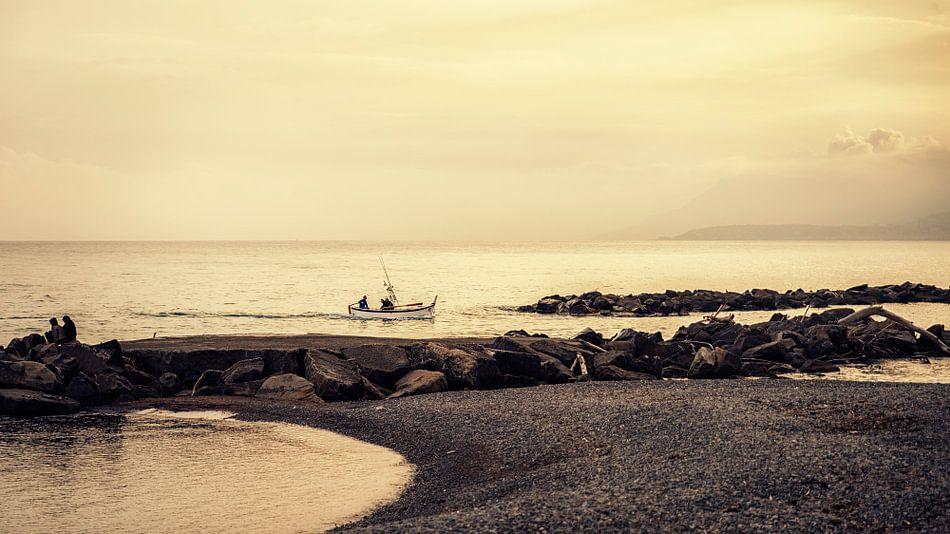 Een vissersboot langs de Italiaanse kust van Ansho Bijlmakers