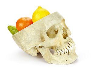 Menschliche Schale als Obstschale mit Fruchtstücken sur Ben Schonewille
