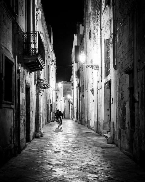 Biker in Lecce, Italy van Jeroen Middelbeek