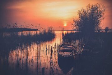 Sfeervolle zonsondergang boven het meer van