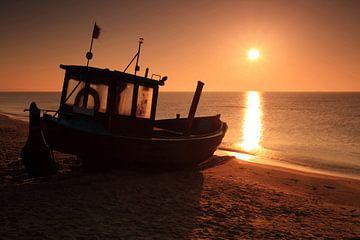 Fischerboot am Meeresstrand von Frank Herrmann