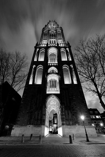 Domtoren in Utrecht gezien vanaf het Domplein, ZWART-WIT van Donker Utrecht