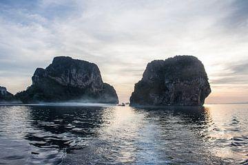 Vroege ochtend mist om rotswanden op zee in Thailand van Anne Zwagers