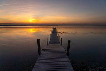 Zonsondergang aan een steiger van Peter Schickert