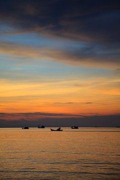 Zonsondergang in Thailand. van Vanessa Devolder